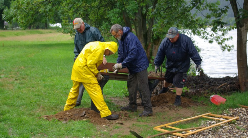 Einbau der Bänke bei Regen