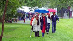 Besuchergruppe auf dem Weg zum Grillplatz