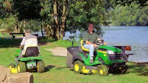 Zwei Rasenmäher im Einsatz