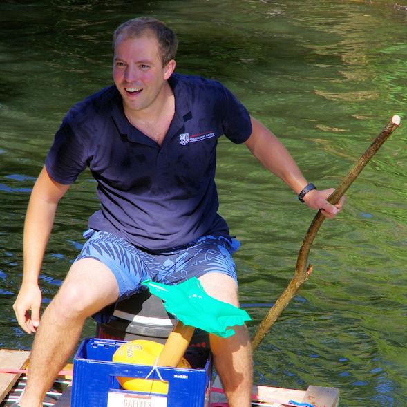 Mann auf Floß mit Stab