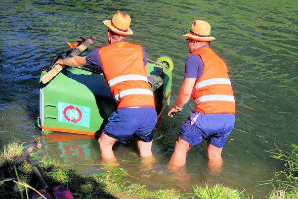 Floß aus Mülltonnen wird zu Wasser gelassen