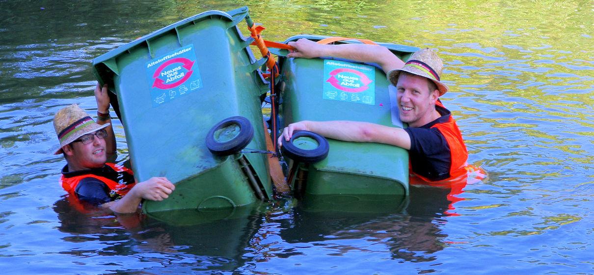 Ein Floß aus Mülltonnen - schwimmt nicht so gut