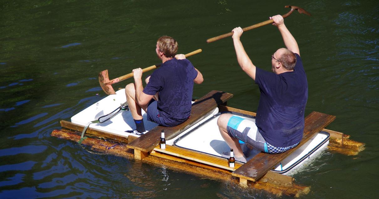 Floß mit Schaufel-Antrieb