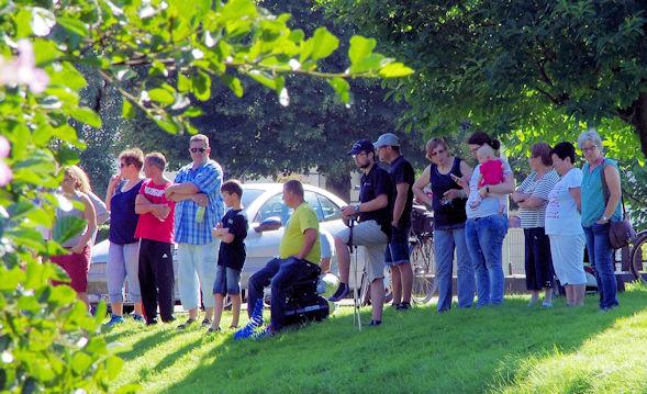 Zuschauer am Ufer der Agger
