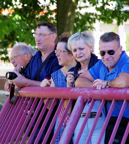Zuschauer auf der Strassenbrücke