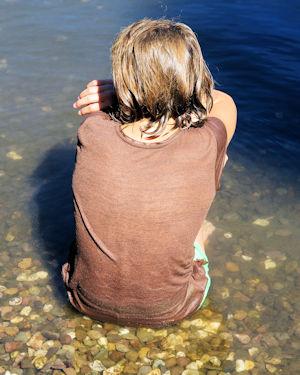 Mädchen sitzt im Wasser