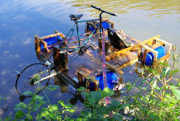 Floß mit Fahrradantrieb im Ziel