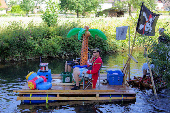 Floß mit Palme und Piratenflagge