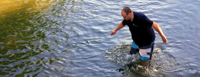 Teilnehmer im flachen Wasser