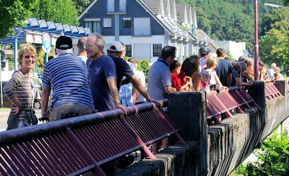 Zuschauer auf der Aggerbrücke