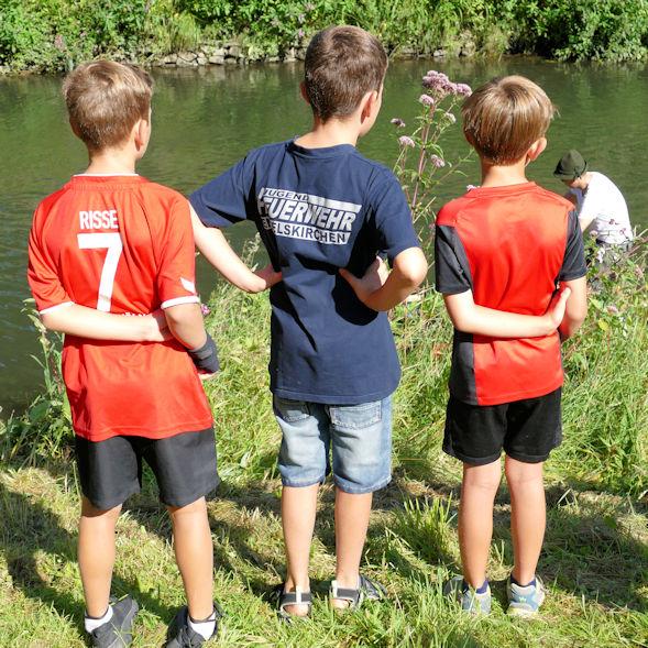 Kinder am Ufer der Agger