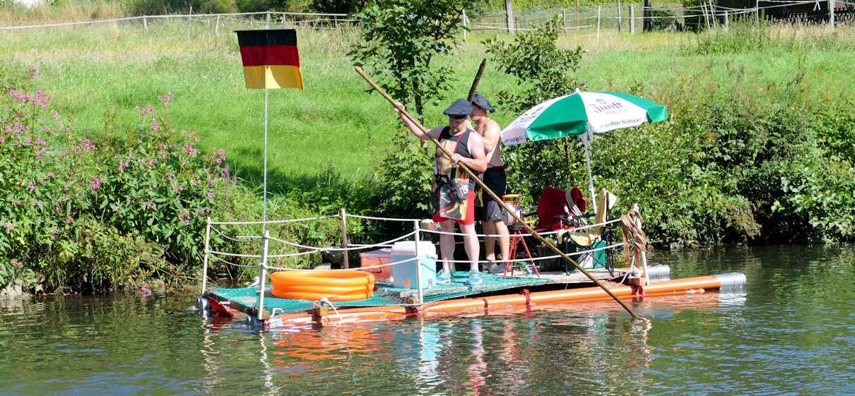 Floß mit Piraten