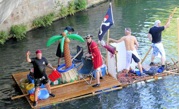 Piratenfloß unter der Strassenbrücke