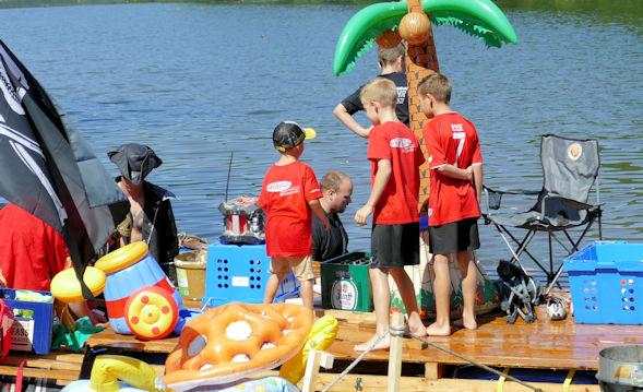 Kinder besichtigen Piratenfloß