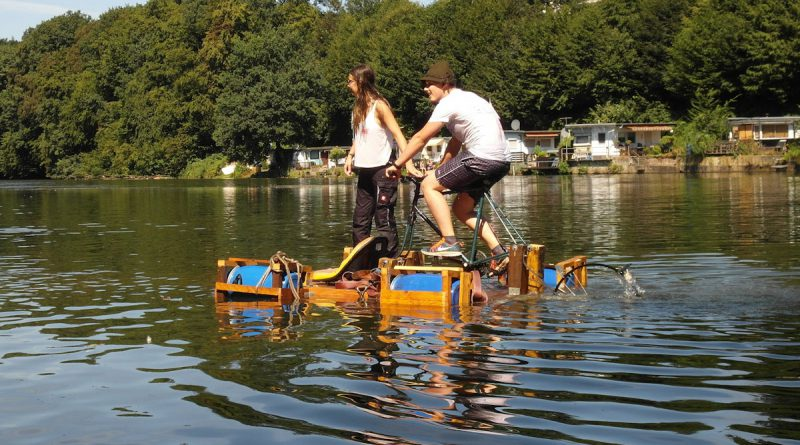 Floß mit Fahrradantrieb auf der Agger