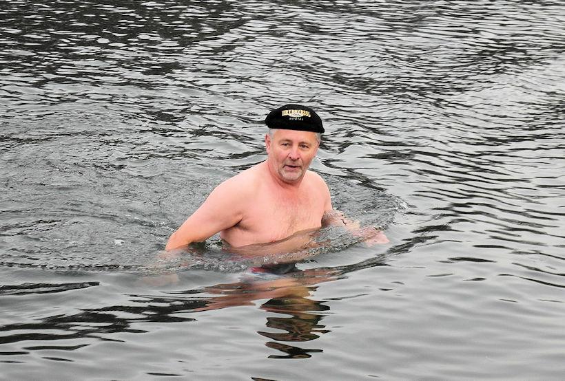 Neujahr Schwimmen in der Agger bei Loope