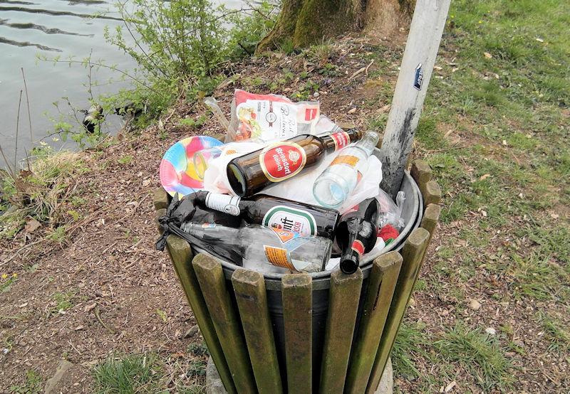 Glasflaschen im Müll