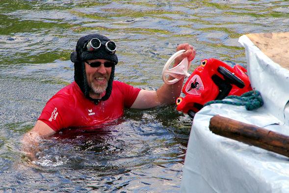 Mit Bobbycar im Wasser