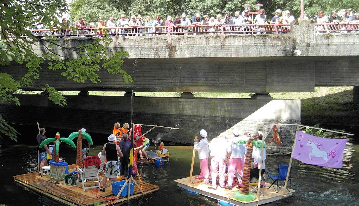 Zuschauer auf der Brücke