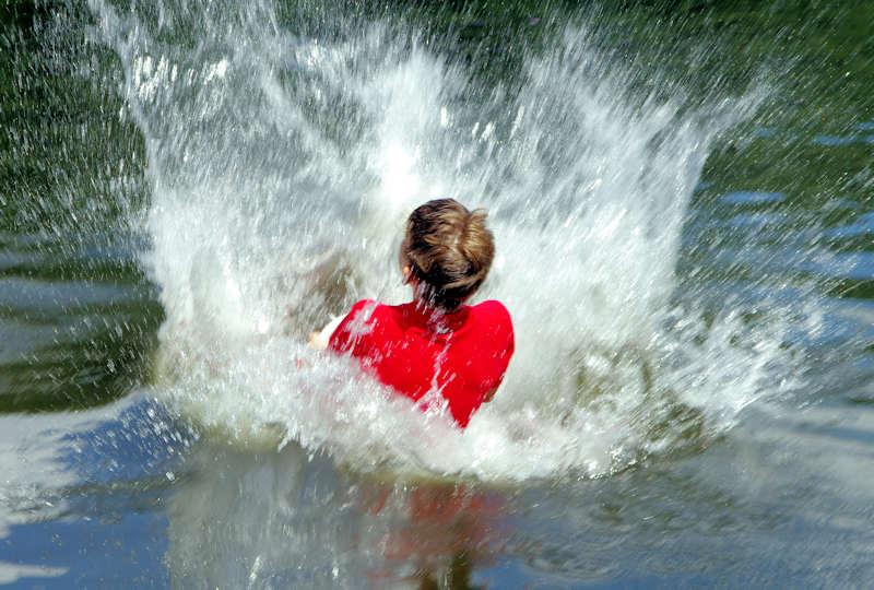Mit dem Bobbycar im Wasser
