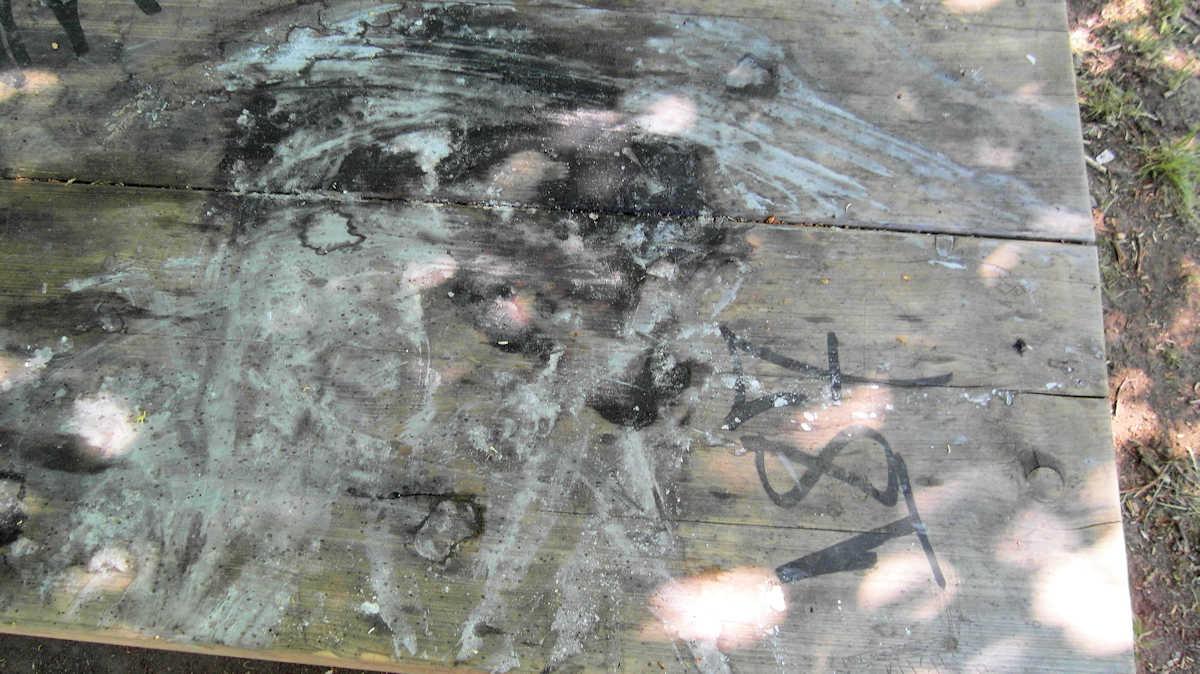 verschmutzter und verbrannter Tisch
