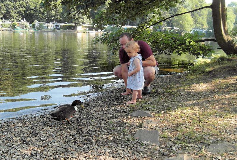 kleines Kind mit Ente